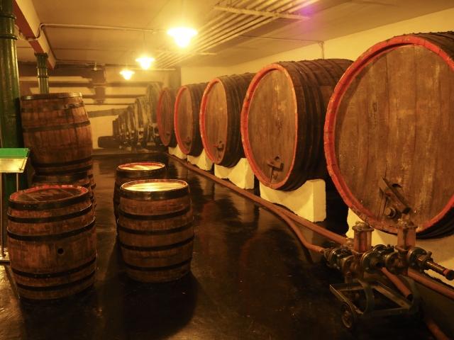 ウイスキーの貯蔵庫 大樽がたくさん並べられている