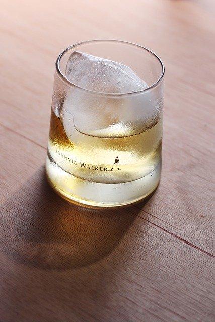 コップに入ったウイスキーのロック