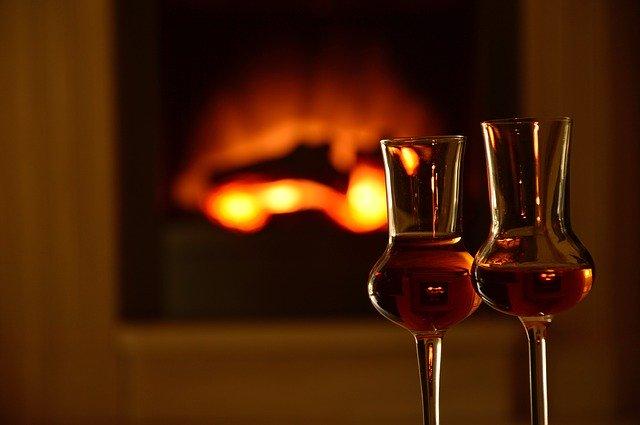 ウイスキーの香りを楽しむ用のグラスが2つ