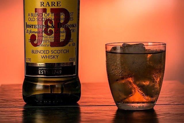 スコッチウイスキーとロックグラス