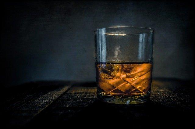 ロックグラスにウイスキーが入っている
