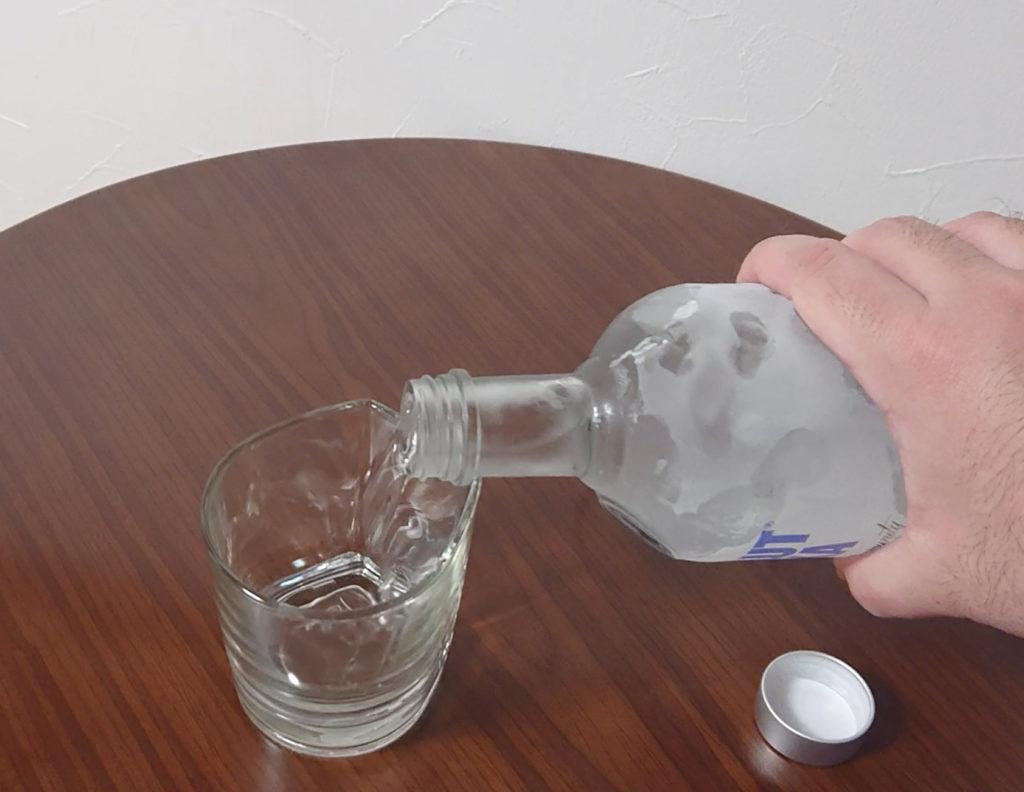 冷やしたアブソルートウォッカをグラスに注ぐ