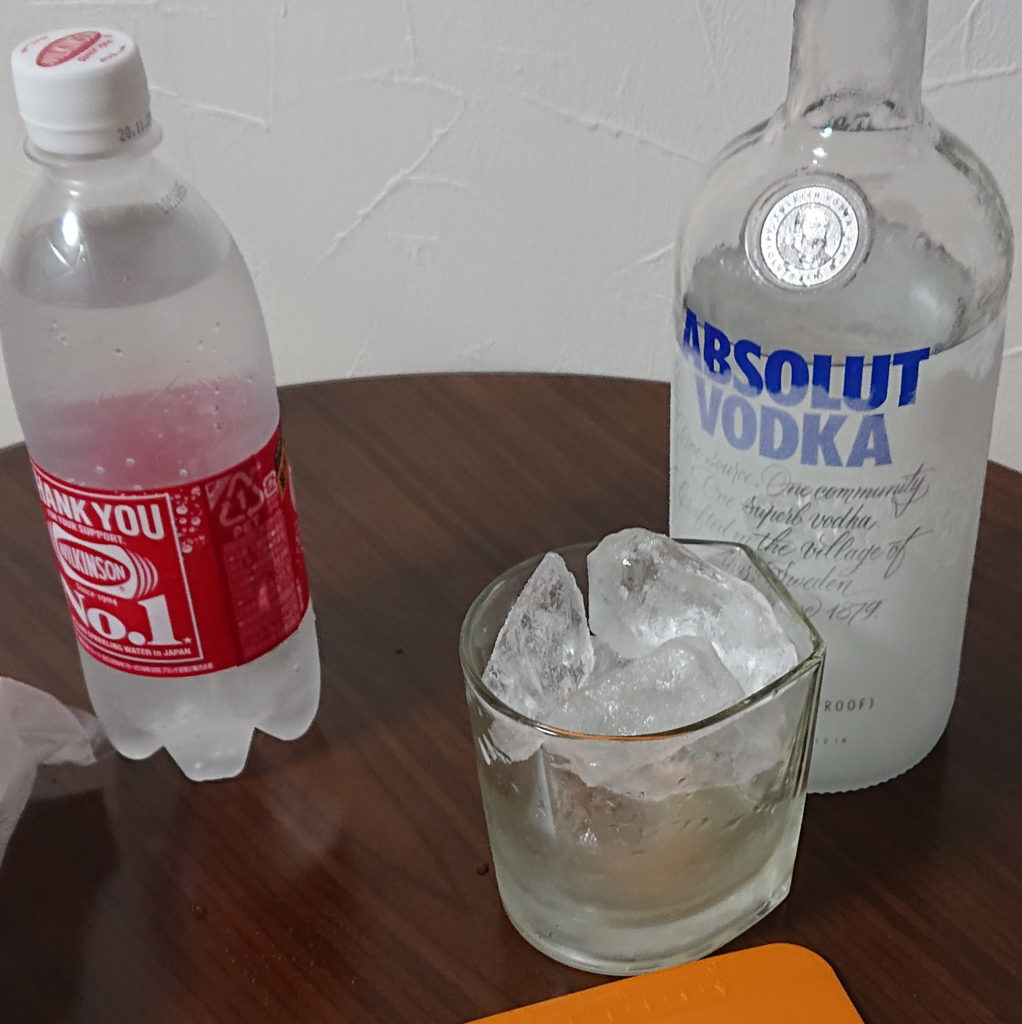 氷でグラスとライムジュースを冷やしている様子
