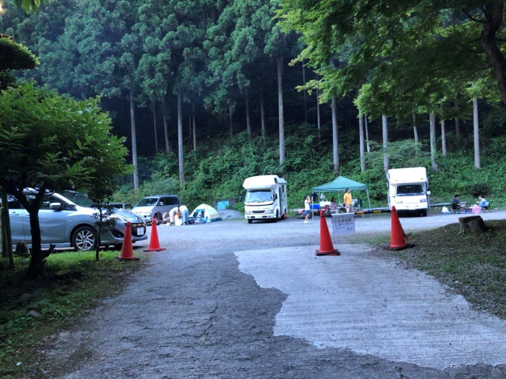 サイトの大きさは少し狭い。車、テントのスペース、車・・・と連なっている