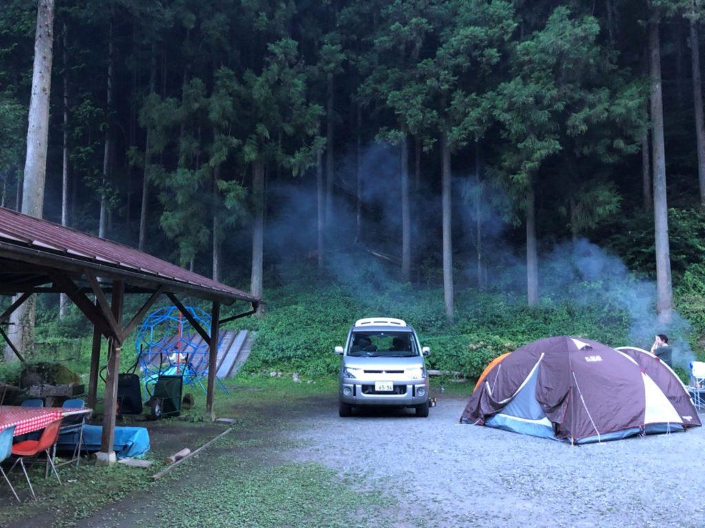 テントを張る場所のすぐ横に炊事場とジャングルジム 裏には森林