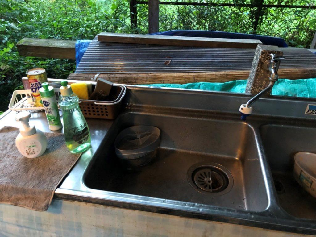 炊事場 洗剤、スポンジ、たわしが常備