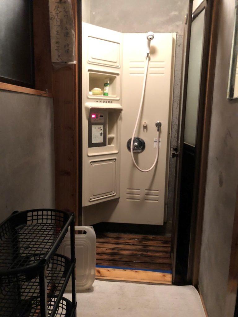 キャンプ場にあるシャワー シャンプー、リンス、固定石鹸が完備