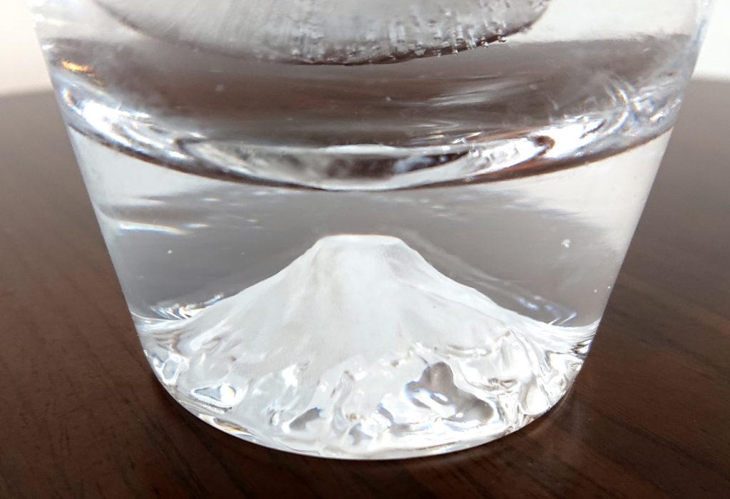 透明な水を富士山ロックグラスに入れているため、富士山は無色のまま