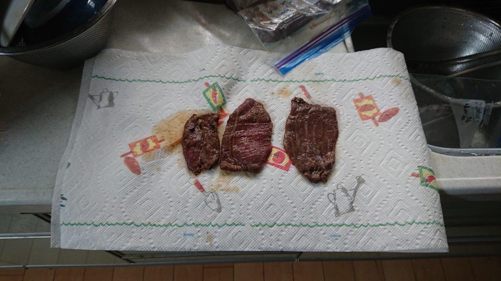 キッチンペーパーで肉から水分を抜く