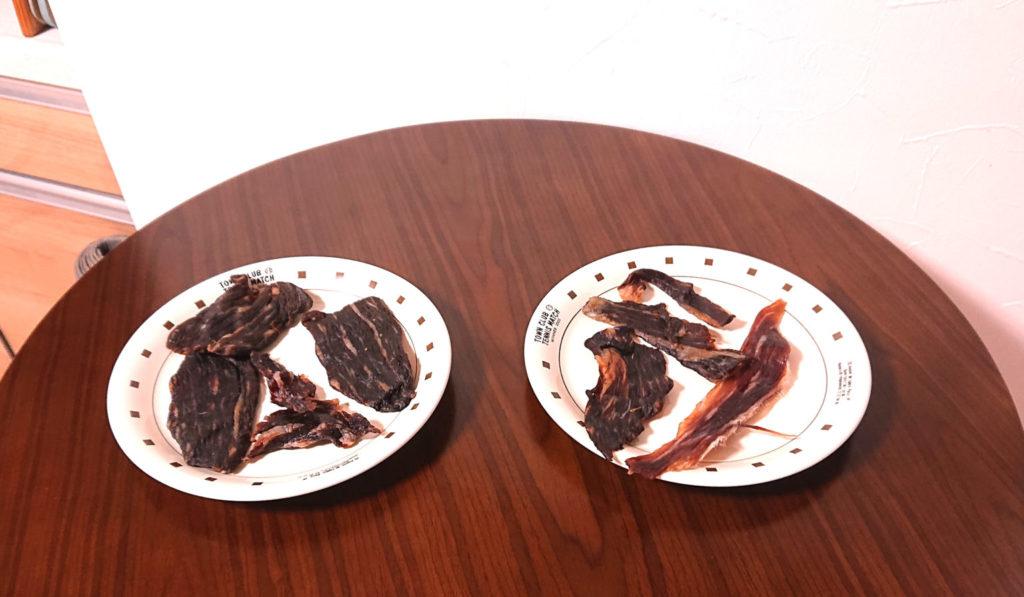 机の上に干し肉が置いてある