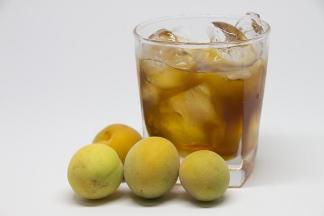 青梅と梅酒のグラス