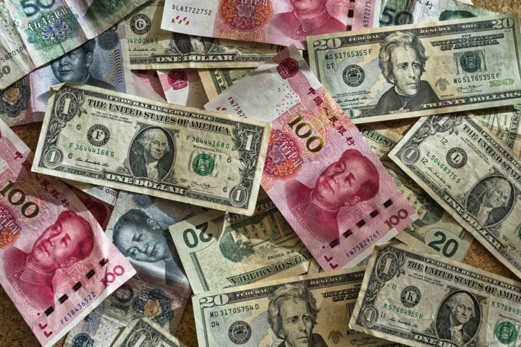 ドルや元のお札が散乱