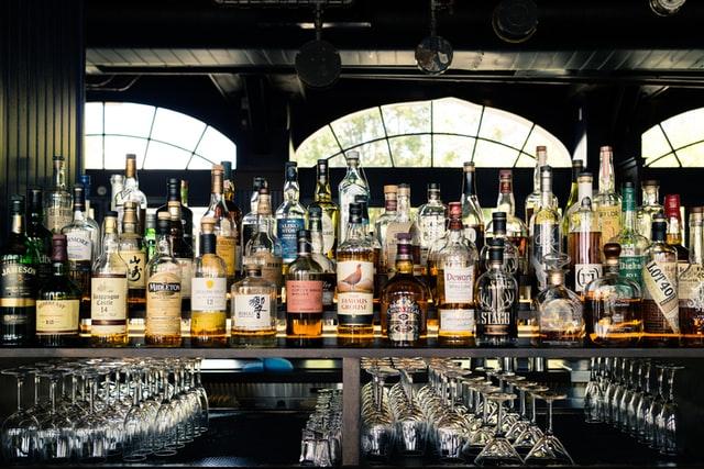 蒸留酒がたくさん並んでいる