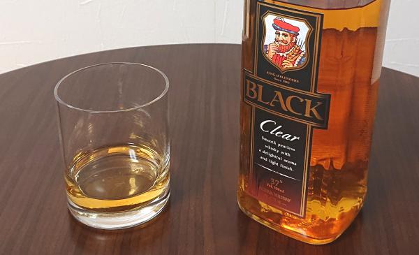 ブラックニッカクリアの700mlボトルとグラス