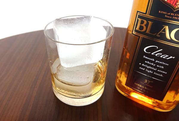 ブラックニッカクリアの700mlボトルとロックグラス