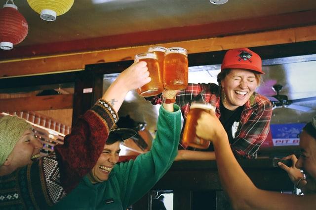 ビールジョッキで楽しそうに乾杯している