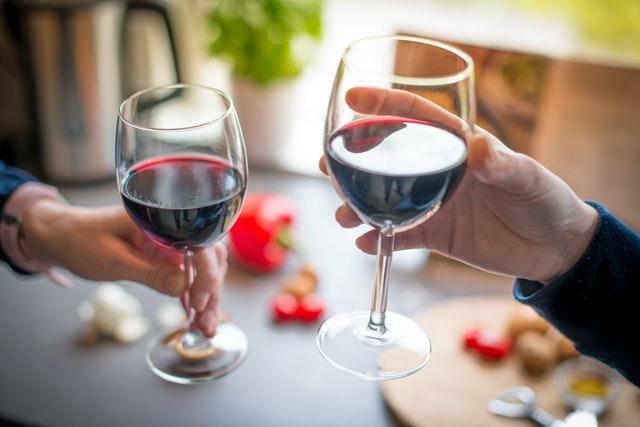 ワイングラスで乾杯している様子