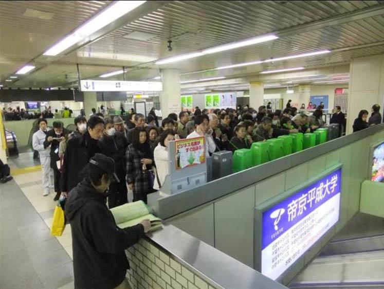 東日本大震災時、混み合う公衆電話の様子