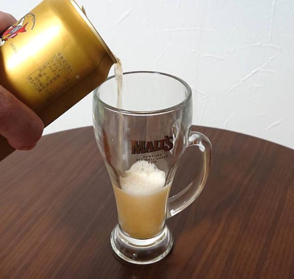 エビスビールを勢いよくグラスに注ぐ