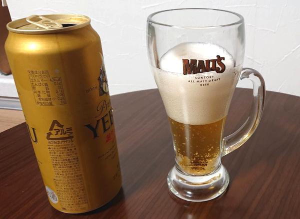 エビスビールの泡が5分に落ち着くまで待つ