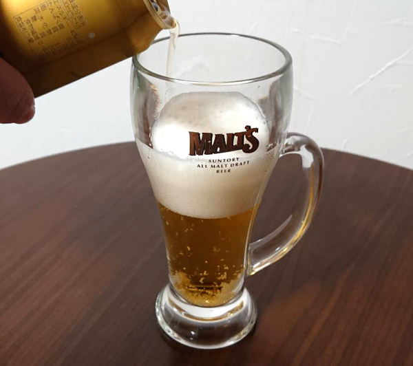 エビスビールをゆっくり注ぐ