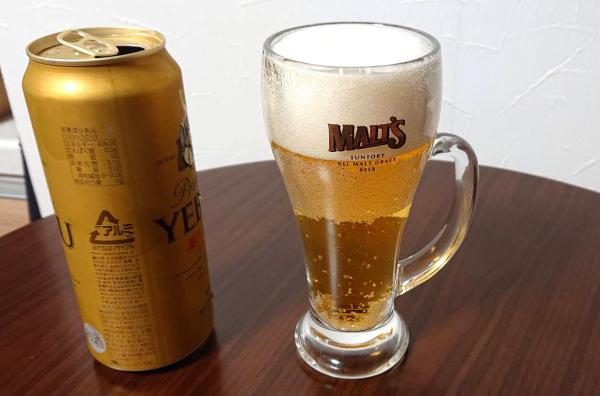エビスビール缶と9分まで入ったビールグラス