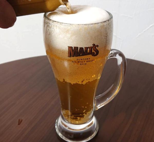 最後の仕上げにビールをそっと注ぐ