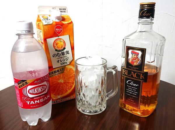 オレンジジュースとブラックニッカクリアとウィルキンソンタンサンと氷の入ったグラス