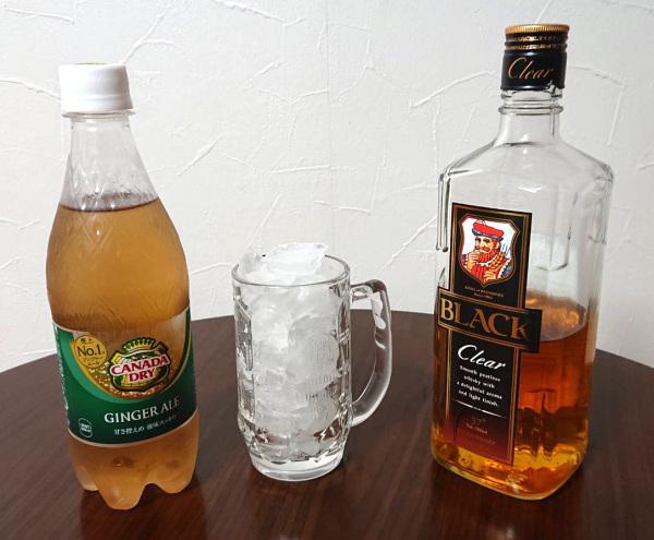 ジンジャエールとブラックニッカクリアと氷の入ったグラス