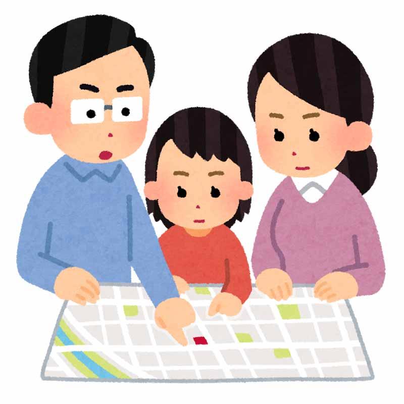 ハザードマップ・避難所を見る家族