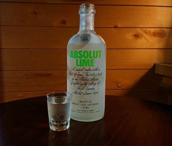 アブソルートウォッカライムの瓶とショットグラス ストレート