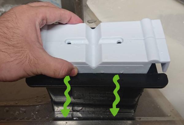 ドウシシャのクリアアイスボール製氷機の白いシリコンボックスをゆっくり黒いボックスに入れている様子