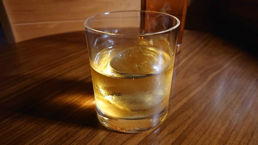 透明な丸氷を使ったウイスキーのロック