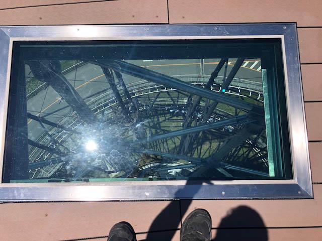 高所恐怖症の人には耐えられないガラス張りの床